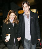 Drew Barrymore x 14 HQ (with Justin Long arrive in NYC at JFK Airport (Fev 02))