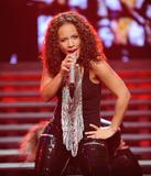 Alicia Keys ( Алисия Кис ) - Страница 2 Th_21935_aliciakeysperformsatmadisonsquaregardentikipetercelebritycity119_123_167lo
