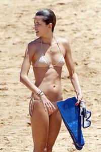 th_74064_Alessandra_Ambrosio_on_the_beach_in_Hawaii_3_122_189lo.jpg