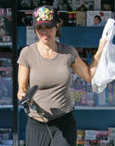 Lisa Rinna buying some magazines at a news stand in Los Angeles - November 14, 2008